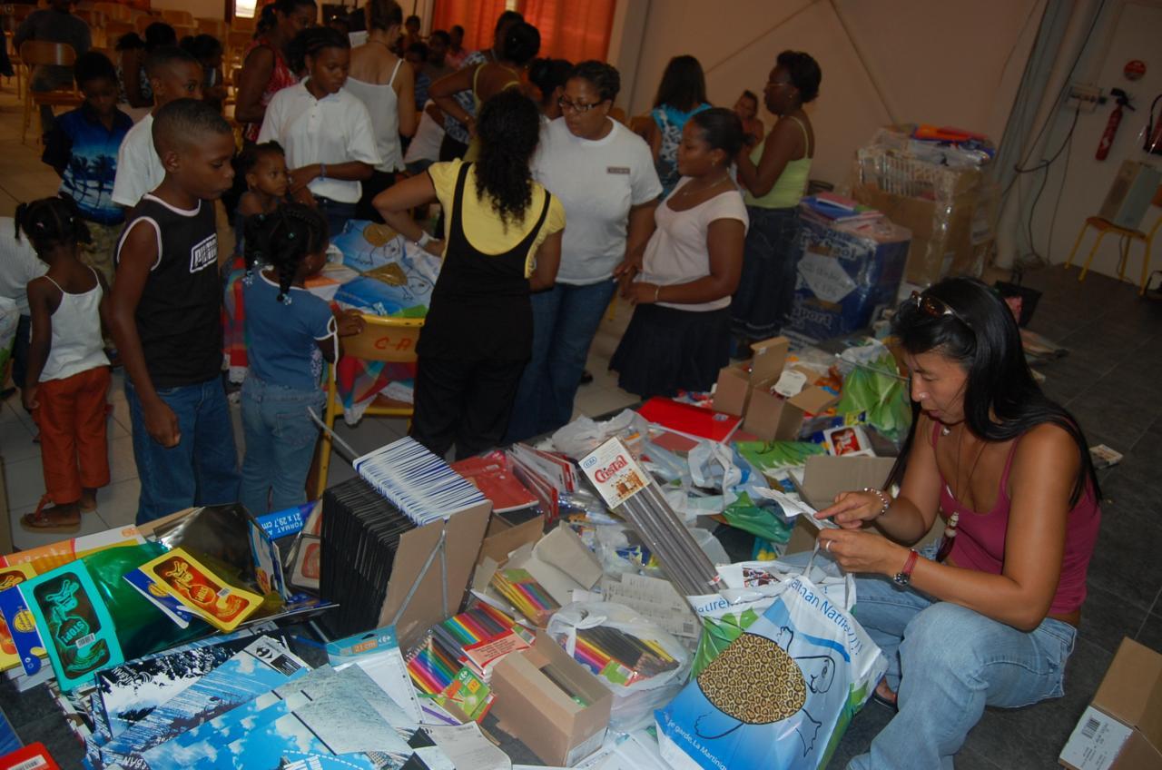 Distributions scolaires pour les sinistrés de Dean -( Rivière-Pilote 2007)