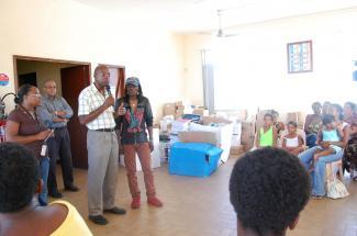 distribution scolaires au vauclin avec le maire, Raymond Occolier
